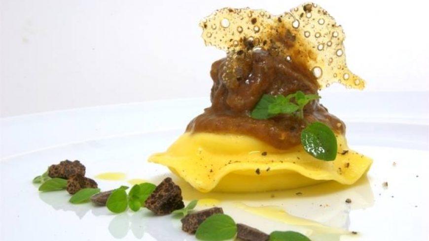 Ravioli di ricotta con sugo rosso di agnello, cioccolato amaro, placchette di zucchero e spezie